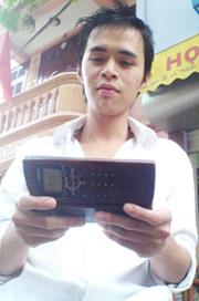 Bức ảnh Giang và chiếc máy điện thoại cổ được dùng để quảng cáo trên các diễn đàn online. Ảnh do nhân vật cung cấp.